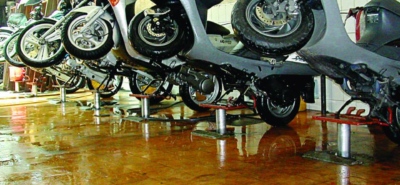 ben nâng xe máy nhỏ gọn hiệu quả trong việc rửa xe