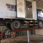 cầu nâng 1 trụ rửa xe có thể nâng được xe tải với giá tốt