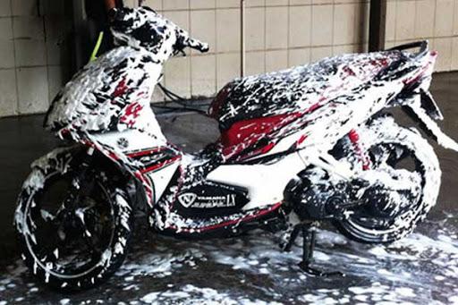 Rửa xe bọt tuyết giúp xe loại bỏ vết bụi bẩn và làm bóng xe